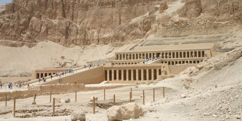 Posmrtni hram kraljice Hatšepsut (18. dinastija, o. 1473.-1458. g. pr. Kr.) u Deir el-Bahriju.