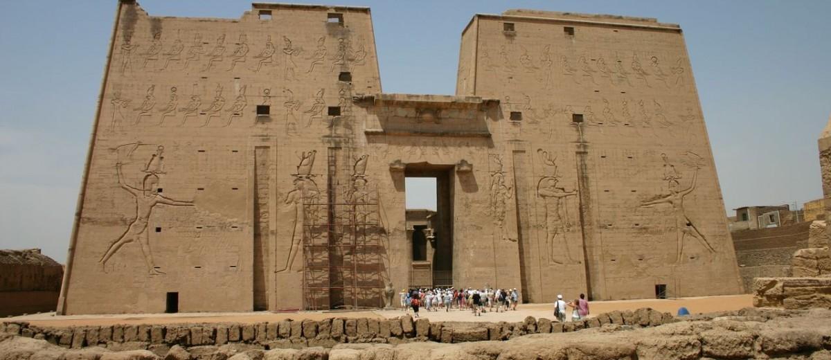 Ptolemej XII. usmrćuje svoje neprijatelje s pilonskih vratnica hrama Horusa u Edfu