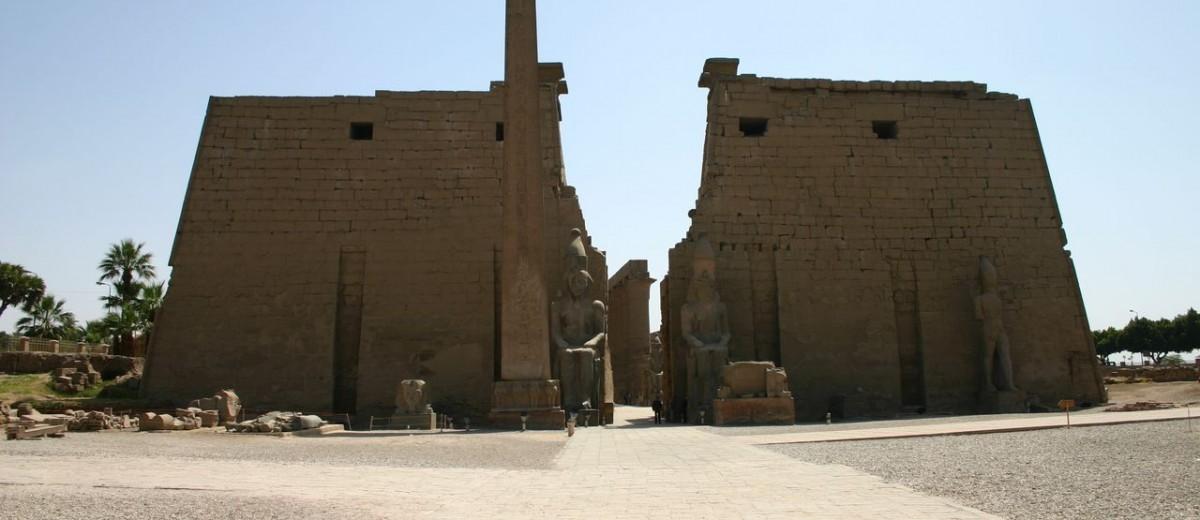 belisk i kolosalni kipovi Ramzesa II. ispred ulaza u hramski kompleks Luksora