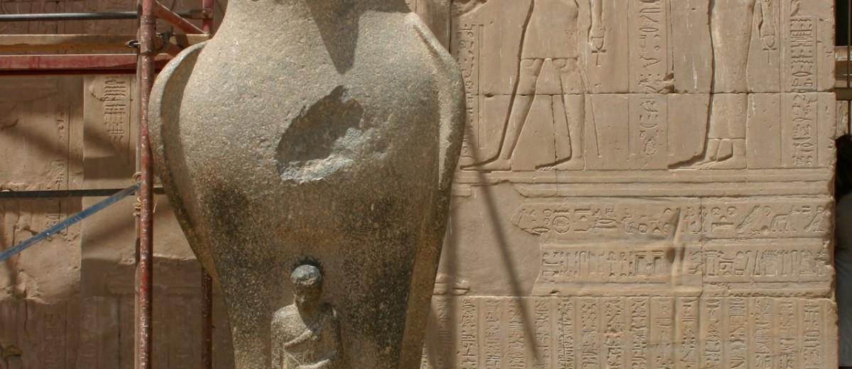 Statua Horusa ispred pilona hrama Horusa u Edfu