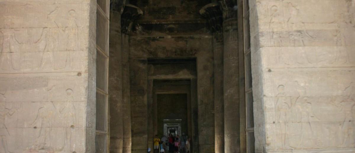 Ulaz u hipostilnu dvoranu hrama Horusa u Edfu