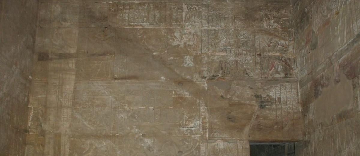 Jedna od unutrašnjih odaja hrama Horusa u Edfu