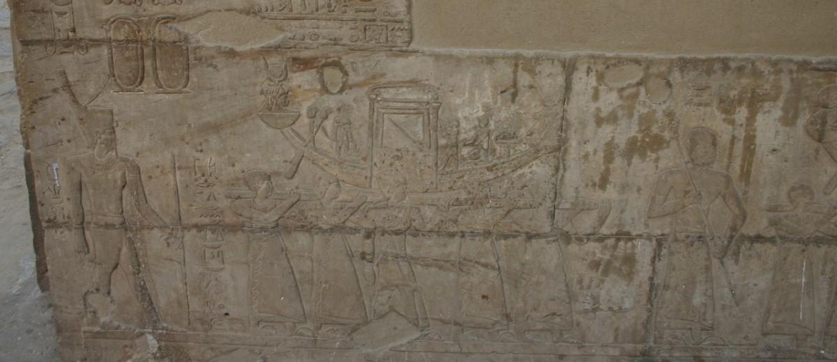 """Procesija svete barke tijekom festivala """"Svetkovine lijepog susreta"""" urezane uzduž zidova hrama Horusa u Edfu"""