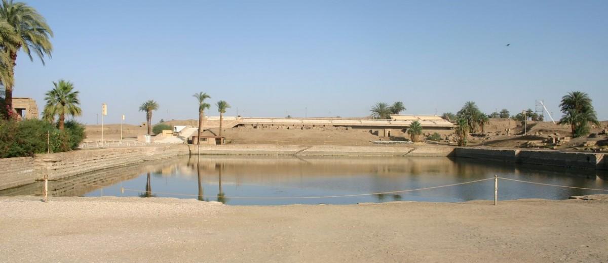 Sveto jezero u hramu Amona u u sklopu hramskog kompleksa Karnaka
