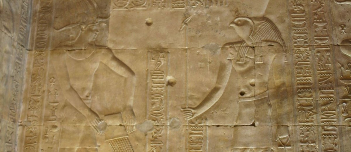 Zidna rezbarija sa scenom osnivanja hrama. Hram Horusa u Edfu