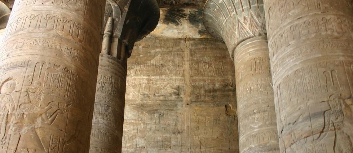 Stupovi u obliku papirusa. Hram Horusa u Edfu